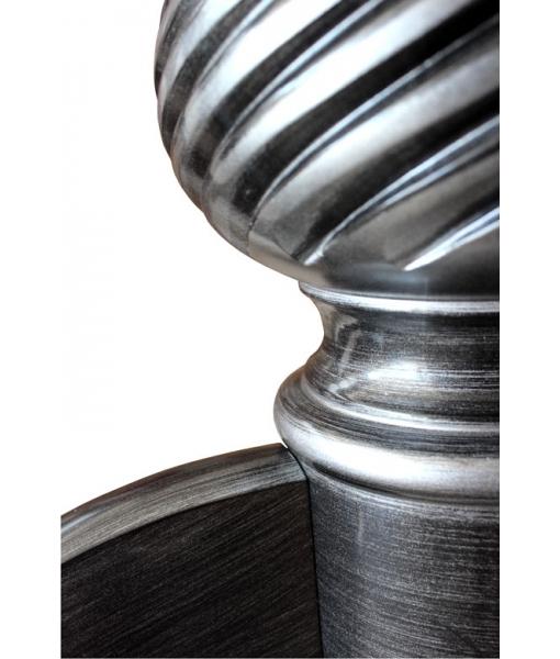 Dettaglio laccatura nera con riflessi e striature argento sul gambone