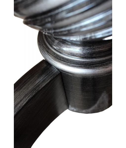Preziosa laccatura nera con striature argento sul gambone del tavolo da pranzo
