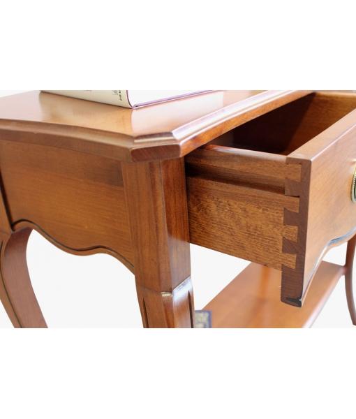 Dettaglio cassetto in legno del tavolino consolle da salotto