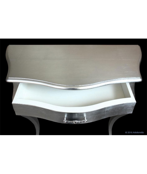 Dettaglio interno cassetto della consolle sagomata da salotto in foglia argento