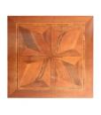 Vista del piano intarsiato del tavolo quadrato in legno