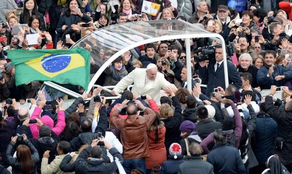 il papa in auto saluta la folla