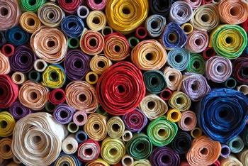 rotoli di tessuti colorati dal tappezzire