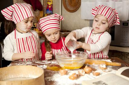 bambini all'opera in cucina