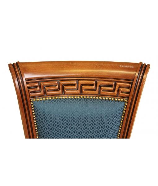 Dettaglio dell'intaglio sullo schienale della sedia da ufficio