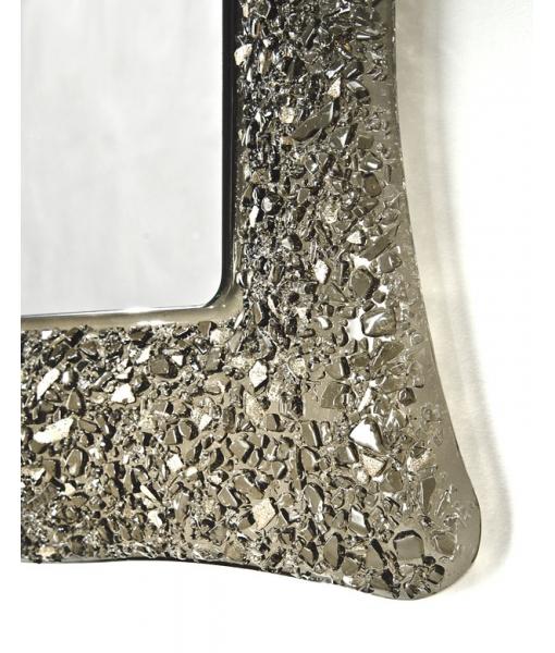 Dettaglio angolo specchiera in vetro con effetto sasso