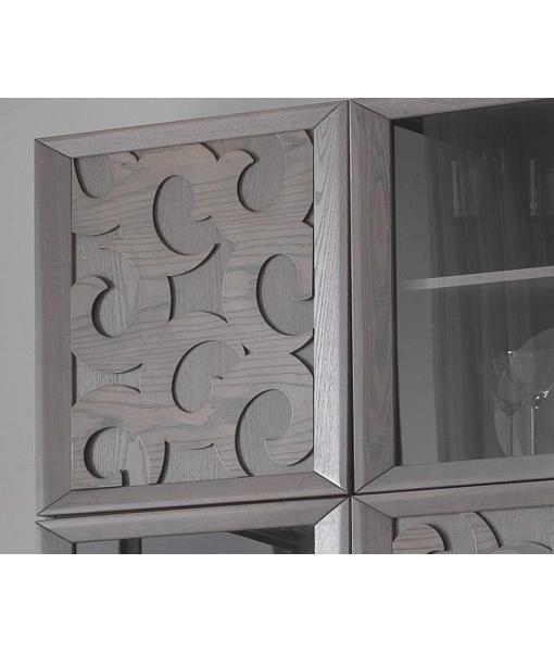 Anta in legno decorata da motivi in rilievo