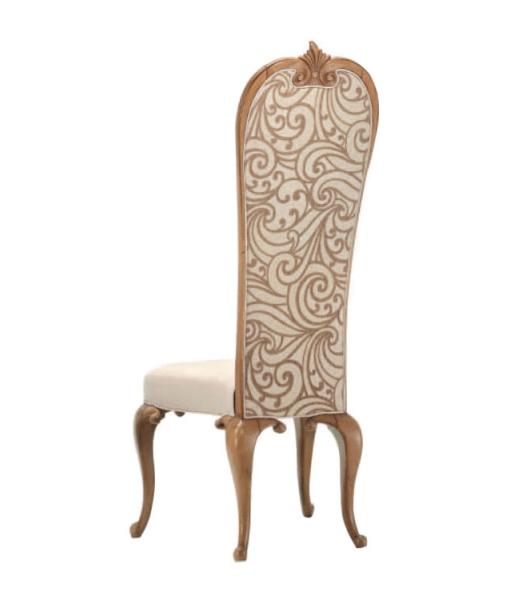 Sedia imbottita schienale alto gambe arcuate e decorate