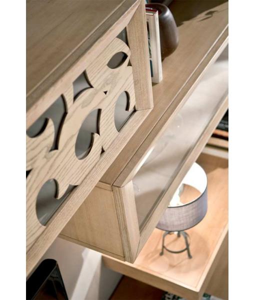 Dettaglio lavorazione del legno su vetrina pensile
