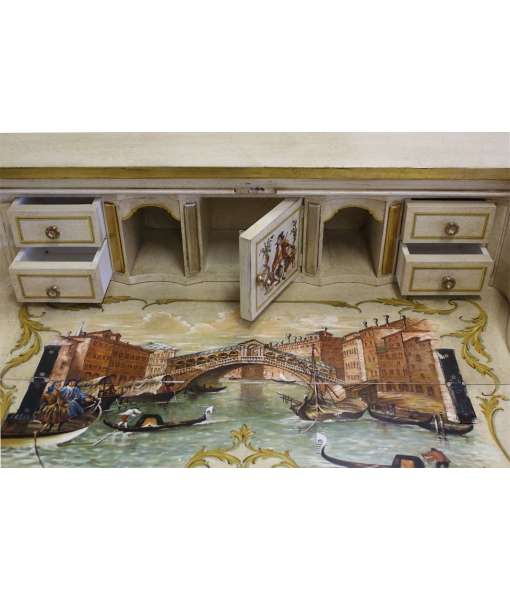 Dettaglio interno della ribalta con cassettini e vani decorati