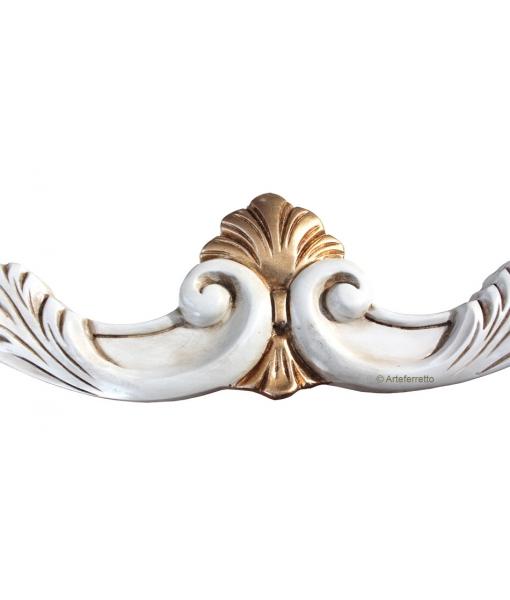Dettaglio cornice intagliata con decori in foglia oro, Arteferretto