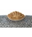 Dettaglio cresta intagliata e decorata con foglia oro, Arteferretto