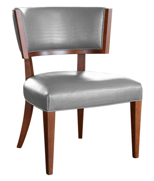 Robusta poltrona in legno massello con schienale e seduta imbottiti