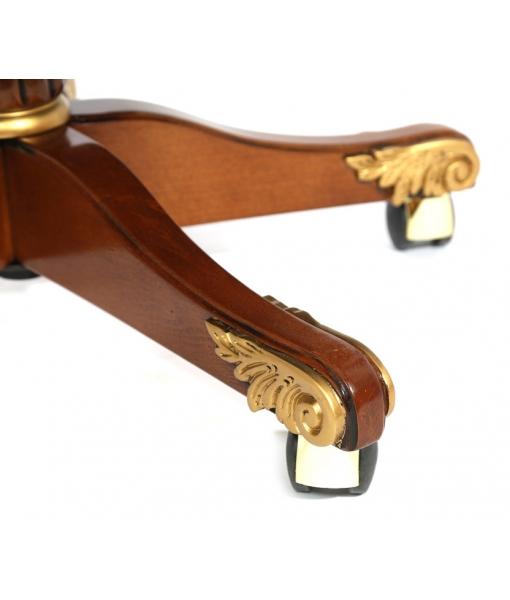 Particolare in legno intagliato e decorato con foglia oro della poltrona girevole