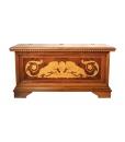 Cassapanca in legno intarsiato con apertura a ribalta